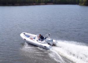 Testy nowej łodzi motorowodnej