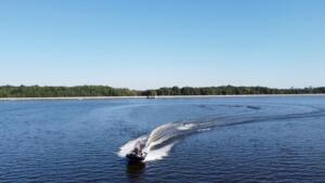 Zwrot z holowanym narciarzem wodnym